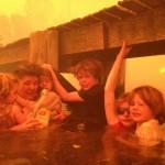 Avustralya orman yangınlarında bir ailenin iskele altındaki yaşam mücadelesi | Fotoğraf: Tim Holmes / 4 Ocak 2013