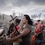 Filipinler'i vuran kasırga sonrası her yerin enkaza dönüştüğünü ve buna rağmen insanların inancını yitirmediğini anlatan bir fotoğraf | Fotoğraf: Philippe Lopez / 18 Kasım 2013