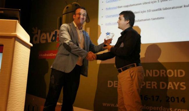 İndir.com Kurucu Ortağı Hasan Yaşar, yarışmanın birincisi Murat Gür'e plaketini verirken