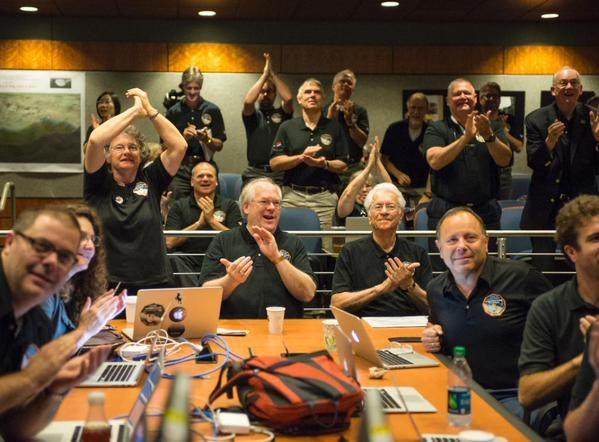 NASA New Horizons ekibi çekilen yeni fotoğrafı kutluyor.