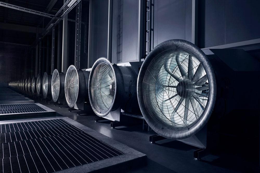 Veri merkezini soğutan dev fanlar. Bu fanlar dışarıdaki doğal soğuk havayı veri merkezinin içerisine alarak sunucuları soğutmayı sağlıyor. Kış mevsiminde (hava -30 dereceye kadar düştüğünde) ise sistem tersine dönüyor.